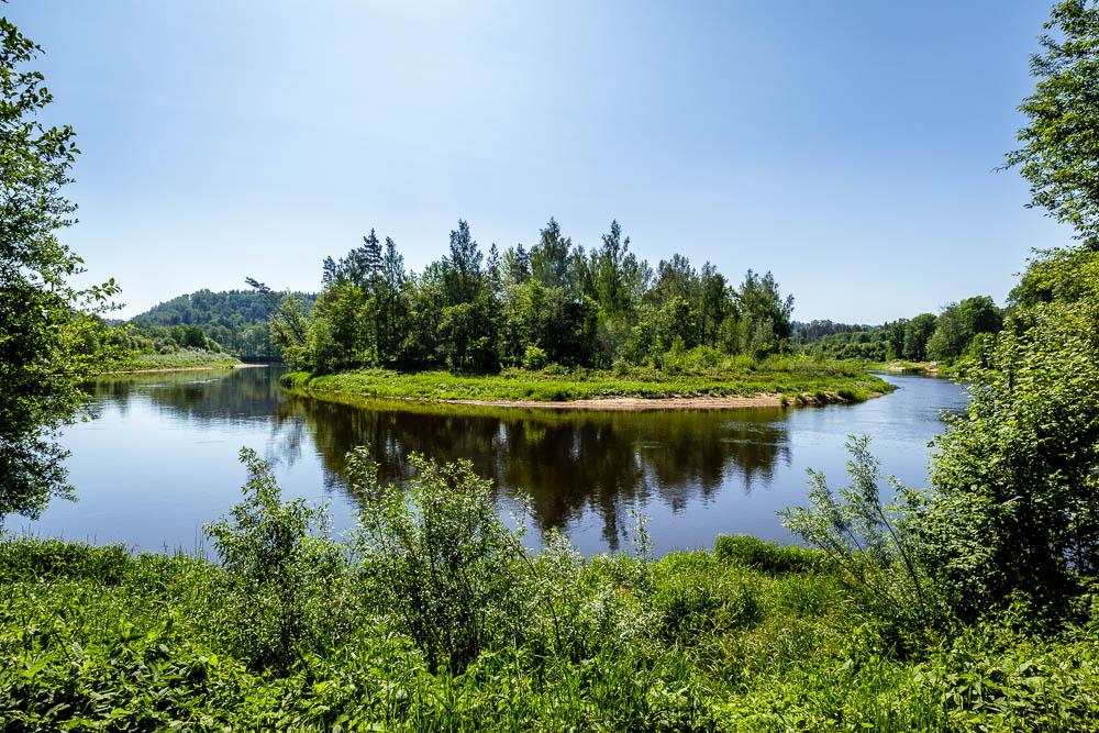 Am Fluss Gauja unterhalb der Burg Turaida