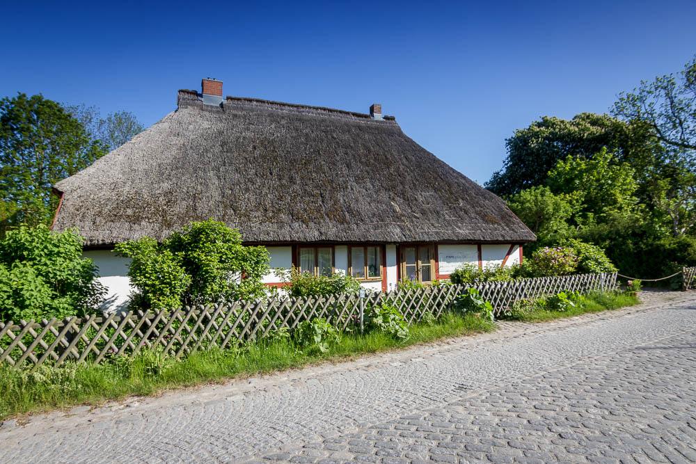 Klassisches Haus mit Reetdach auf Rügen