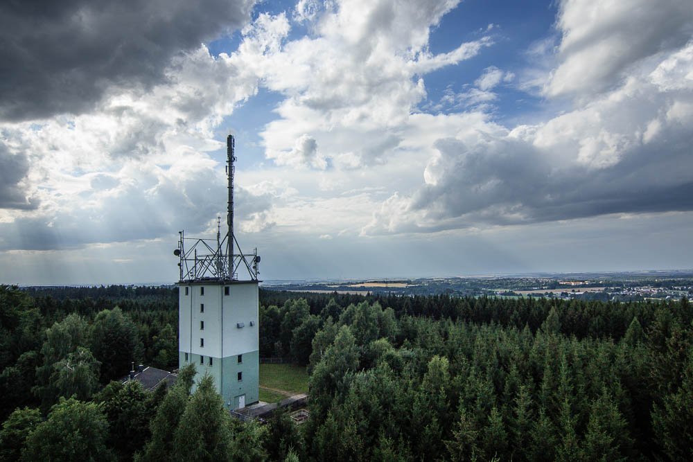 Blick auf den Funkturm Totenstein vom Maria Josefa-Turm aus