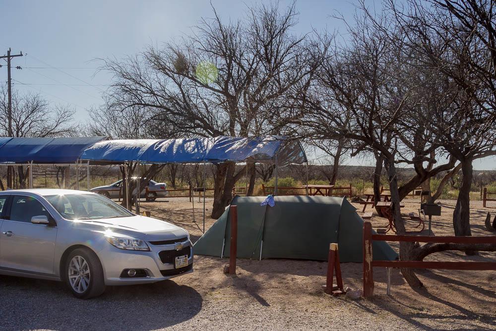 Chevrolet Malibu und Zelt am Benson KOA