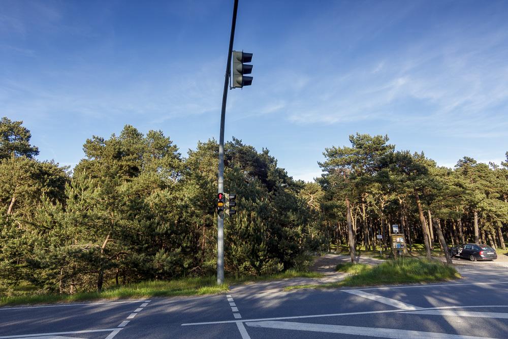 Fußängerampel am Freizeitcamp am Wasser über die einzige Straße der Schaabe. Gegenüber geht es Richtung Ostseestrand.
