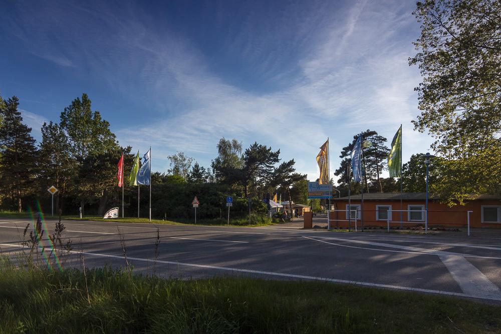 Einfahrt zum Freizeitcamp am Wasser auf der Schaabe zwischen Bodden und Ostsee