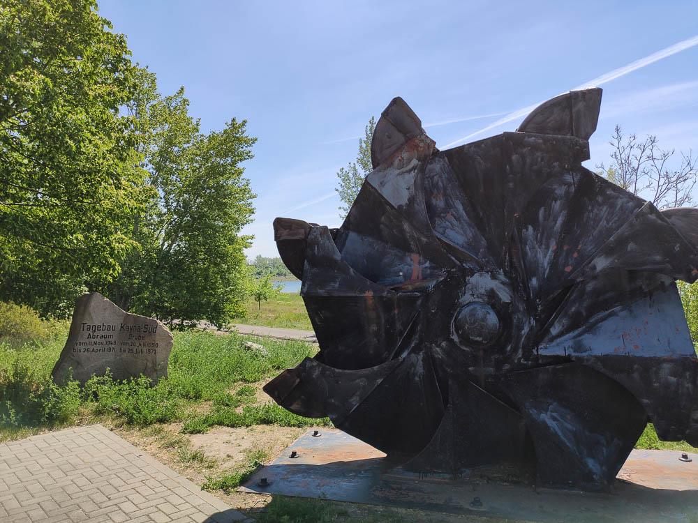 Baggerschaufel mit Gedenkstein in Großkayna als Denkmal für den Tagebau.