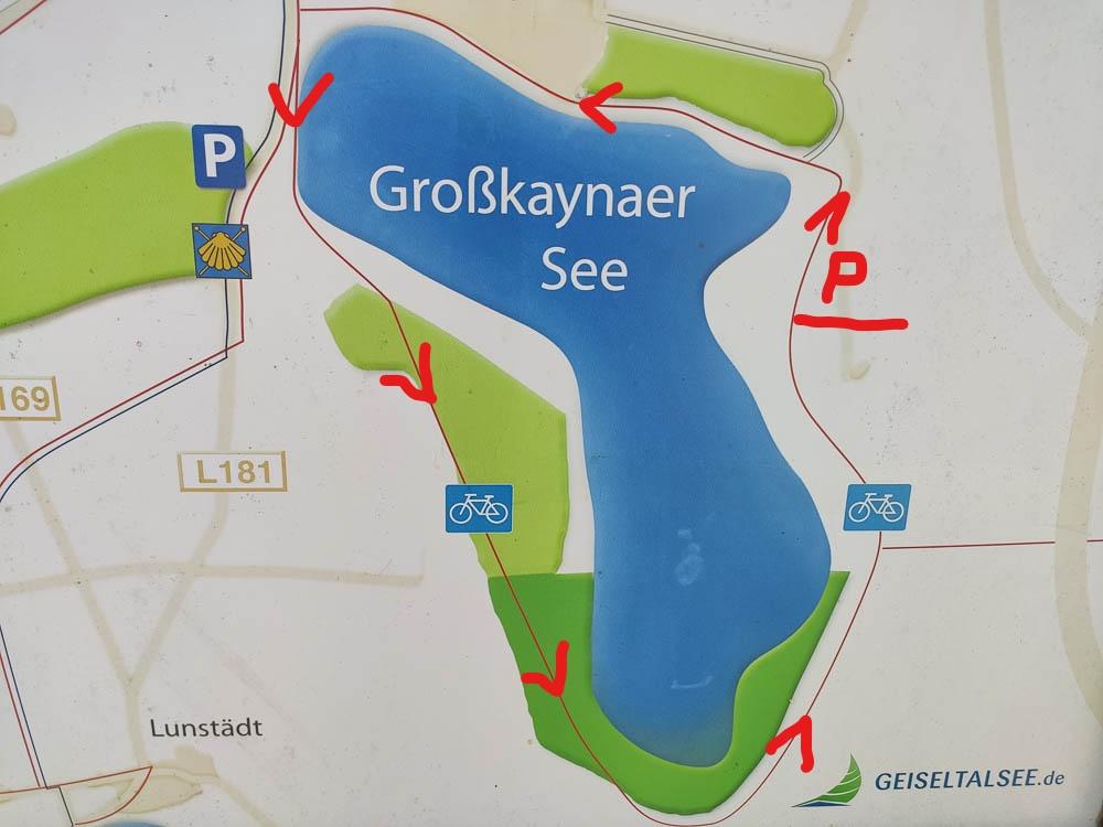 Wanderkarte des Großkaynaer Sees mit Ergänzungen der Wanderrichtung und des Parkplatzes
