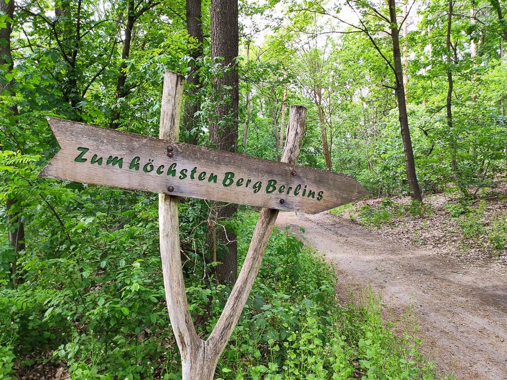 Holzschild als Wegweiser zum Großen Müggelberg, dem höchsten natürlichen Berg Berlins