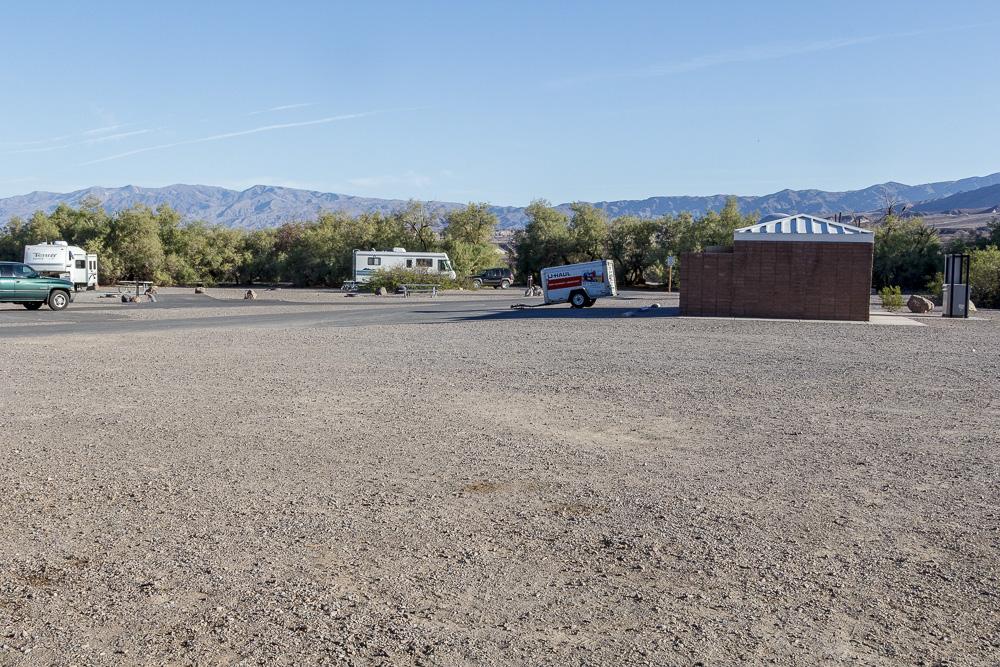 Blick auf die Sanitäranlagen im Furnace Creek Campground.
