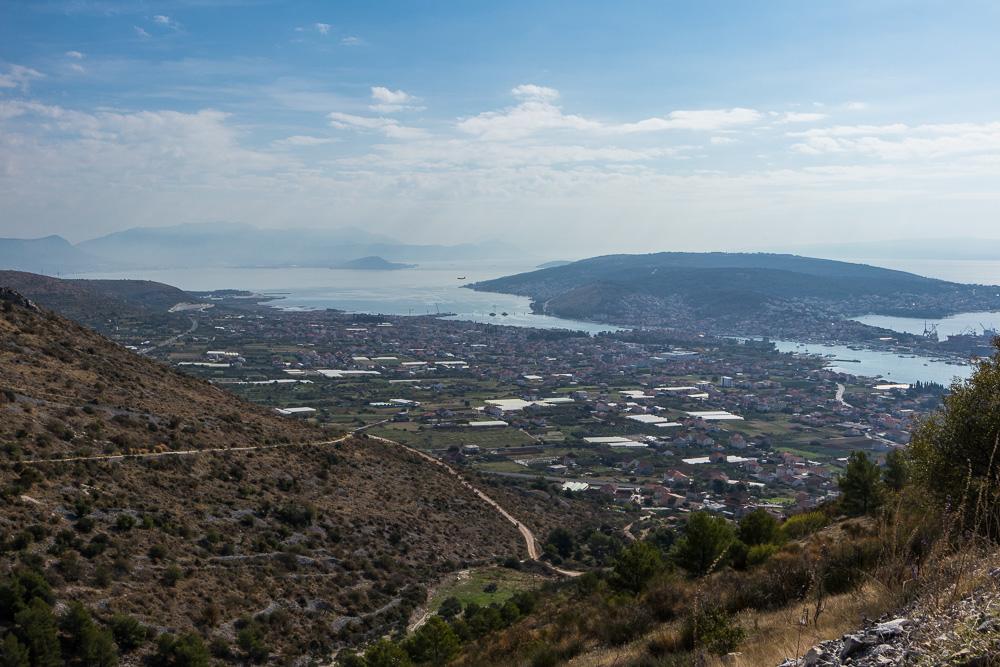 Blick auf Trogir in Kroatien von den Bergen aus.