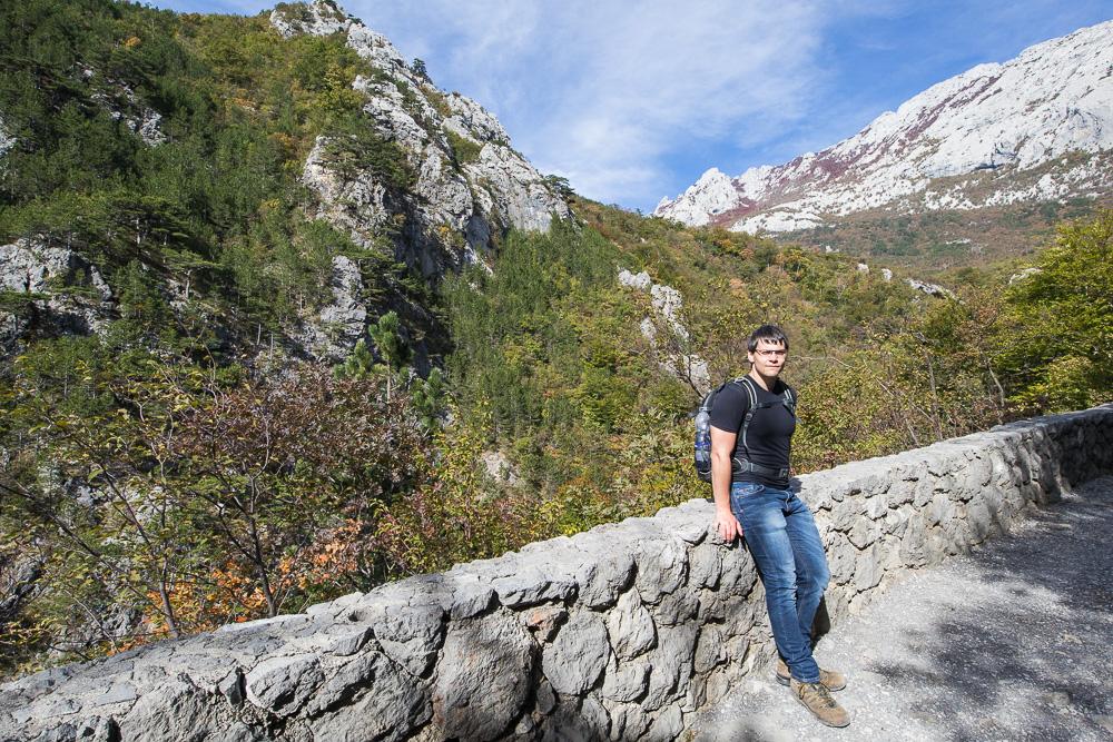 Fotostopp zwischen der Hütte Lugarnica und Paklenica. Christian vor dem Bergpanorama.