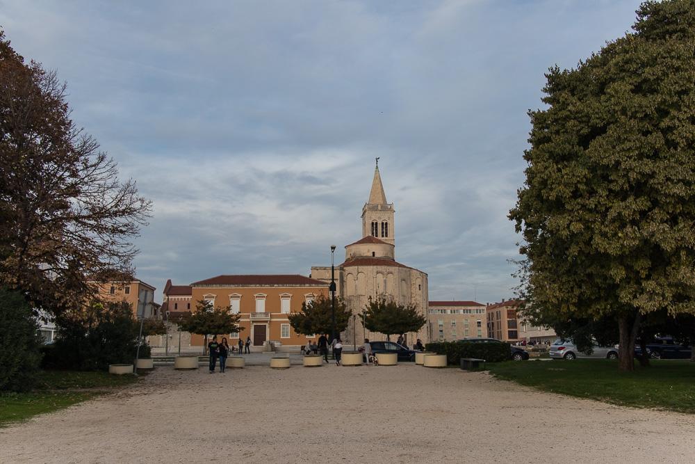 Wir nähern uns der Meeresorgel vom Ufer her und sind hier schon mittig zur Altstadt Zadars