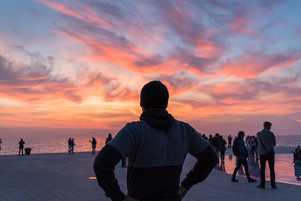 Christian an der Lichtinstallation mit Blick gen Sonnenuntergang