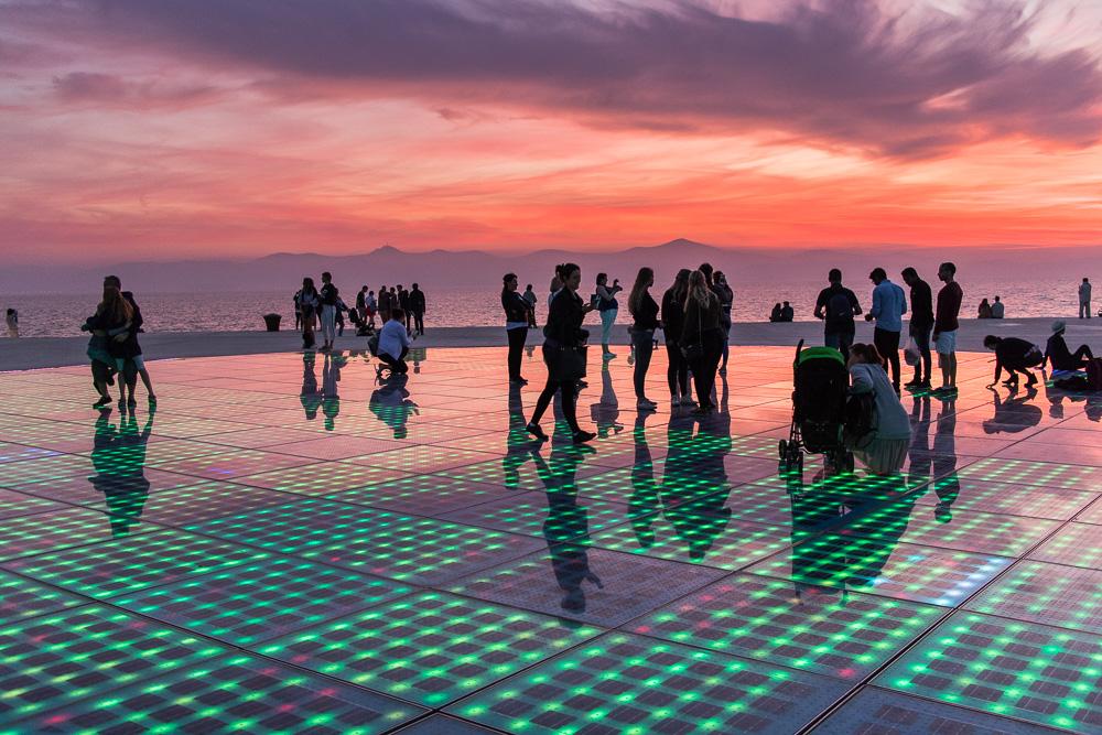 Wir sind nicht alleine an der Meeresorgel in Zadar um den Sonnenuntergang zu bestaunen. Heute war er aber auch besonders toll.