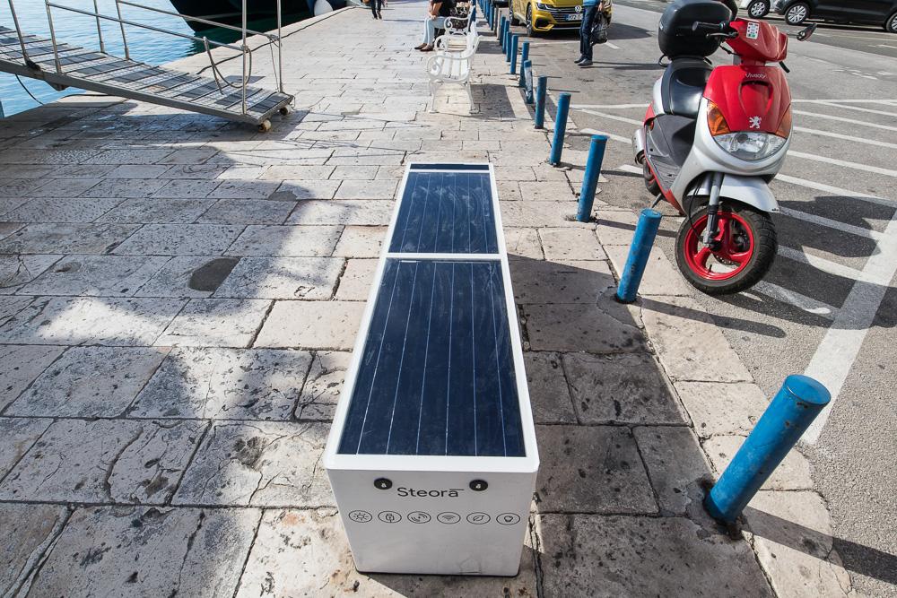 Solarzelle, Ladestation und Bank in einem an der Hafenpromenade. Dort kamen wir vorbei als wir zu Fuß durch Split liefen.