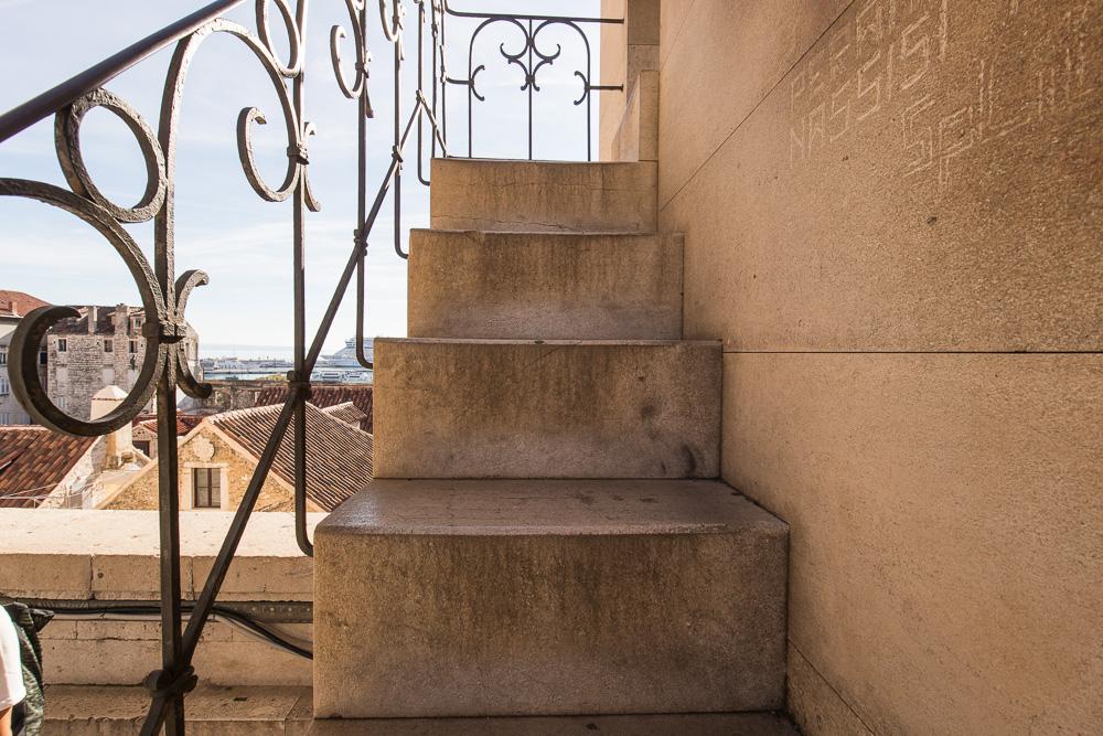 Eng und steil geht es hinauf auf den Turm der Kathedrale von Split