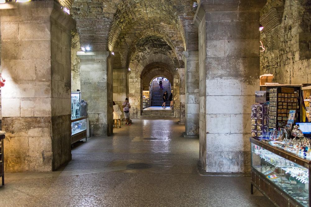 Verkaufsfläche im Inneren der alten Mauern Splits