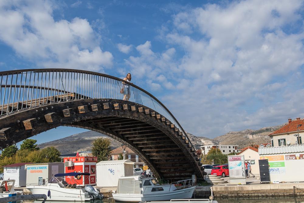 Pauline auf einer Brücke über den Kanal zwischen Insel und Festland. Ziel des Tages war es, Trogir an einem Tag zu erkunden.
