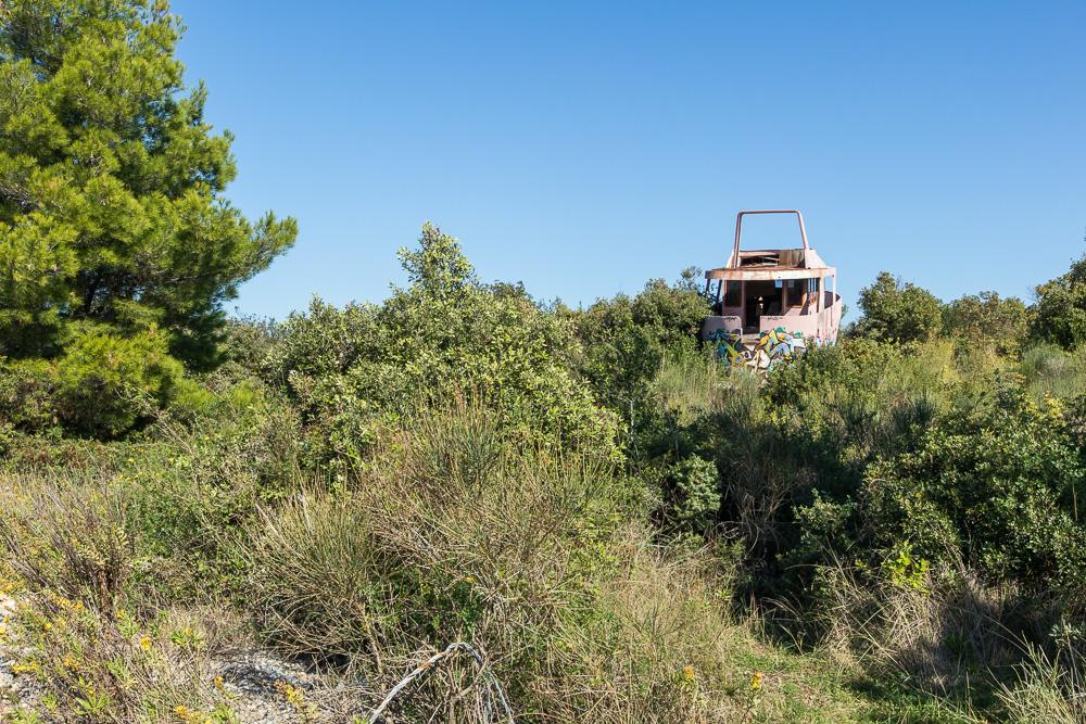 An Land gespültes Schiff nahe der Villa La Mirage. Unser letzter Urlaubstag in Kroatien ließ es mich noch am Strand entdecken.