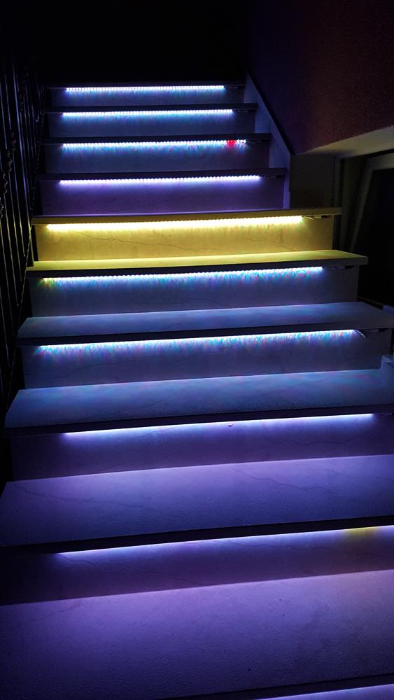 Im Dunkeln schafften wir unser Gepäck über die beleuchteten Stufen der Villa La Mirage hinaus ins Auto