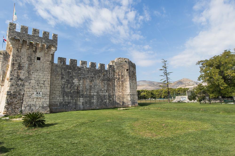 Auf unserer Erkundung von Trogir an einem Tag, kamen wir auch am Kastel Kamerlengo vorbei.