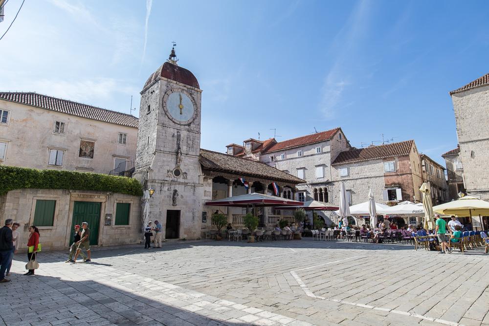 Der große Hauptplatz in Trogir mit dem offenen Gerichtssaal im Hintergrund