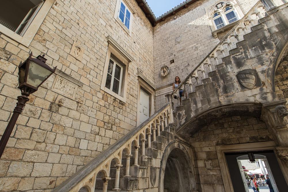 Pauline auf den Treppen der alten Gebäude Trogirs