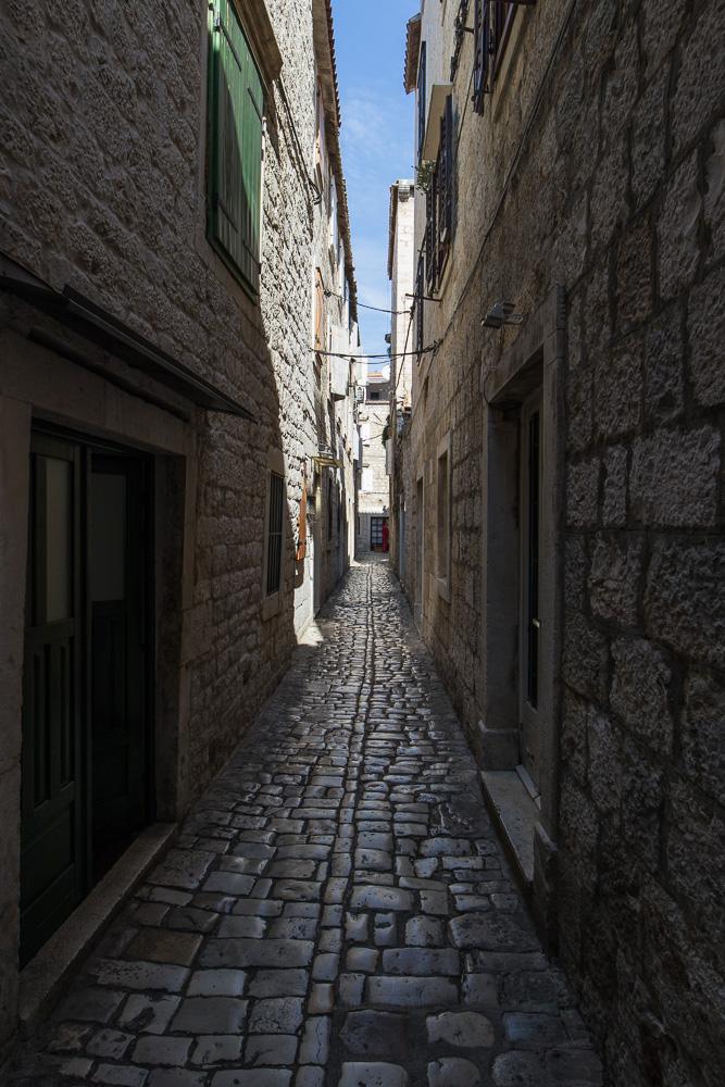 Enge Gassen mit viel Schatten in der Altstadt Trogirs