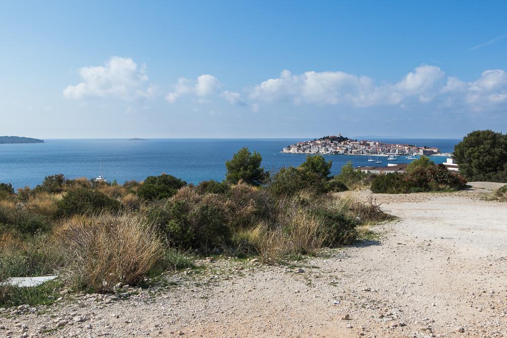 Blick auf die Stadt Primosten auf der Insel und dem markanten Glockenturm auf der Anhöhe