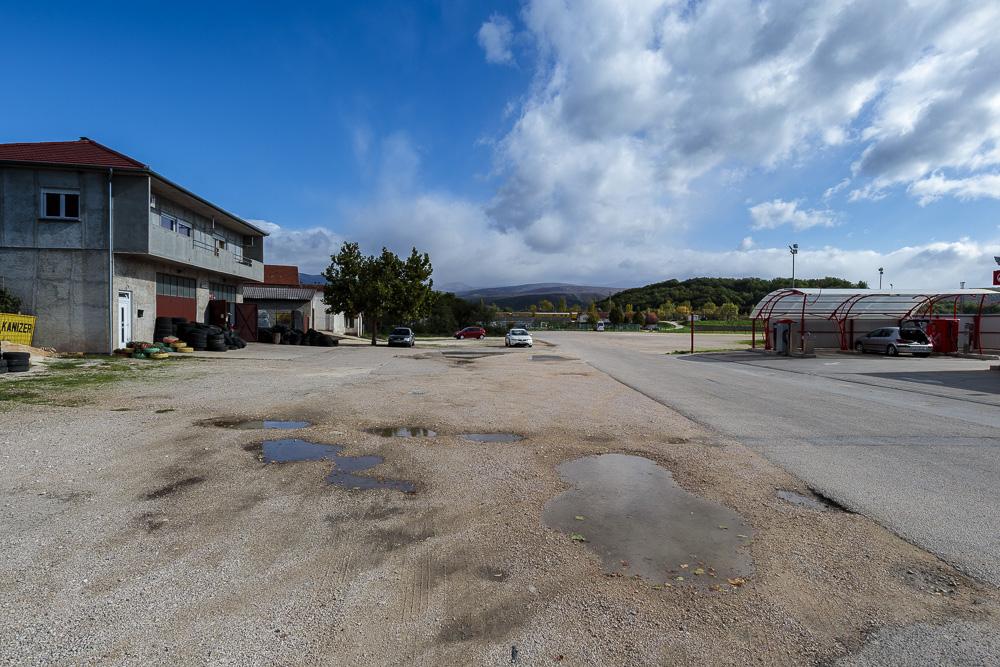 Unser Parkplatz am Sportplatz unterhalb der Festung Knin