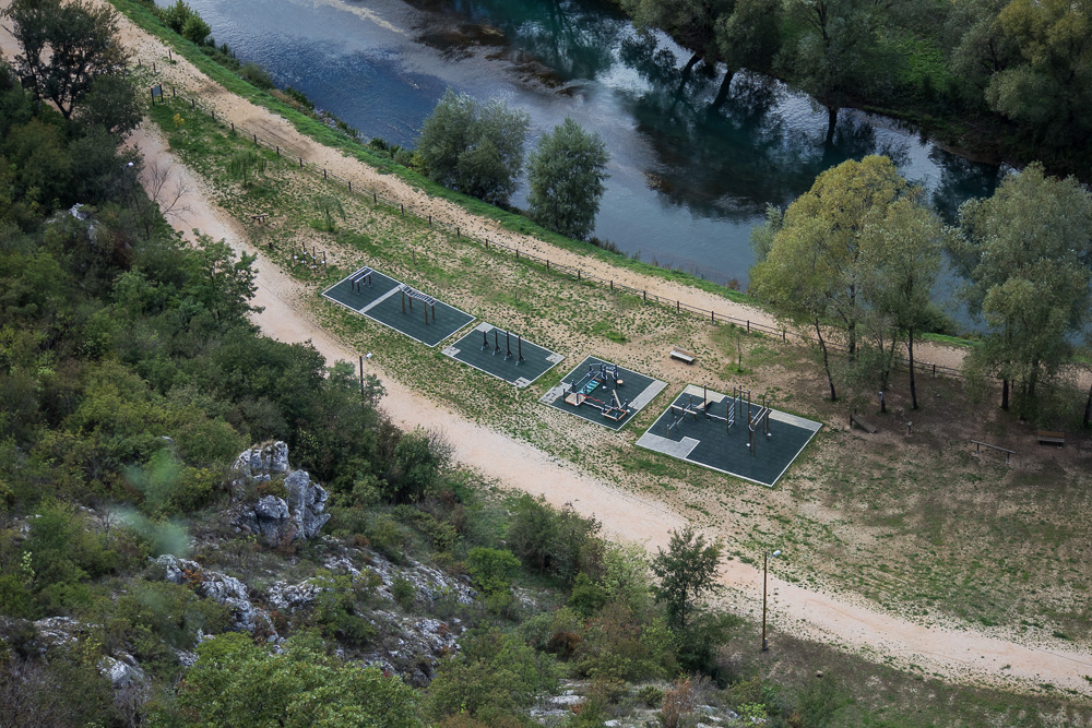 Sportanlagen unten am Fluss Krka gesehen von der Festung Knin aus