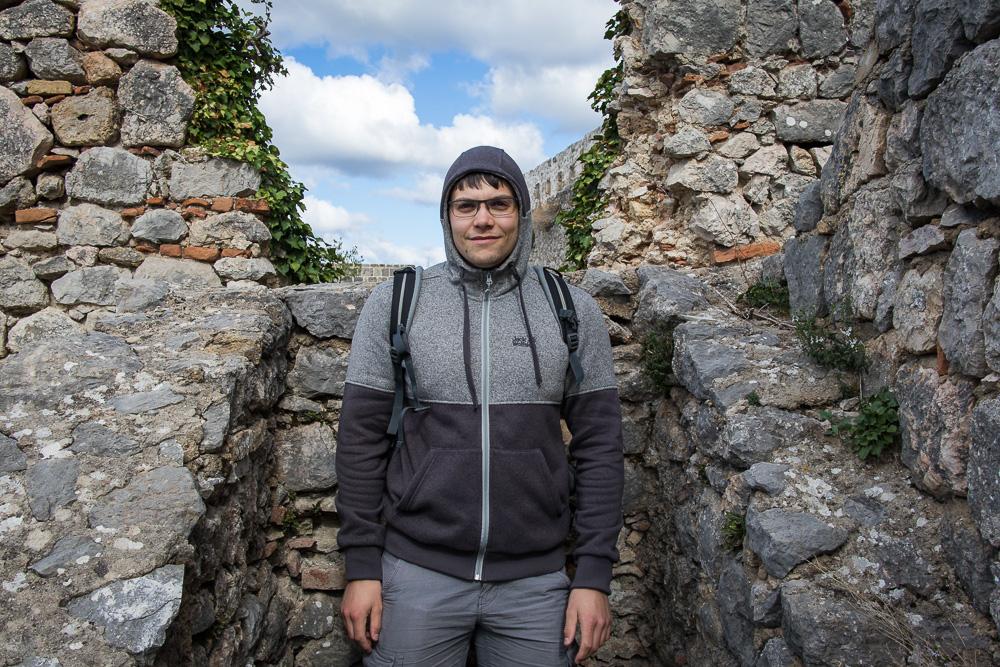 Christian in grau-schwarzer Fleecejacke auf der Festung Knin