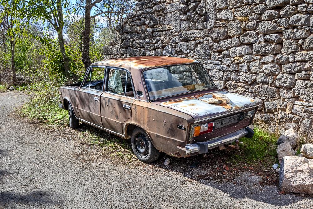 Altes rostiges Auto auf dem Burgberg der Ortschaft Drnis in Kroatien
