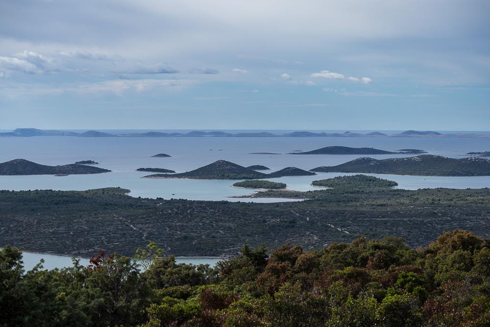 Dreht man sich dann einmal auf dem Gipfel, hat man einen Blick auf die vielen kleinen Inseln