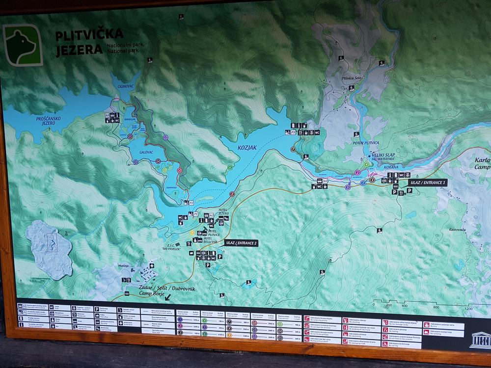 Blick auf die Wanderkarte des Nationalparks Plitvicer Seen