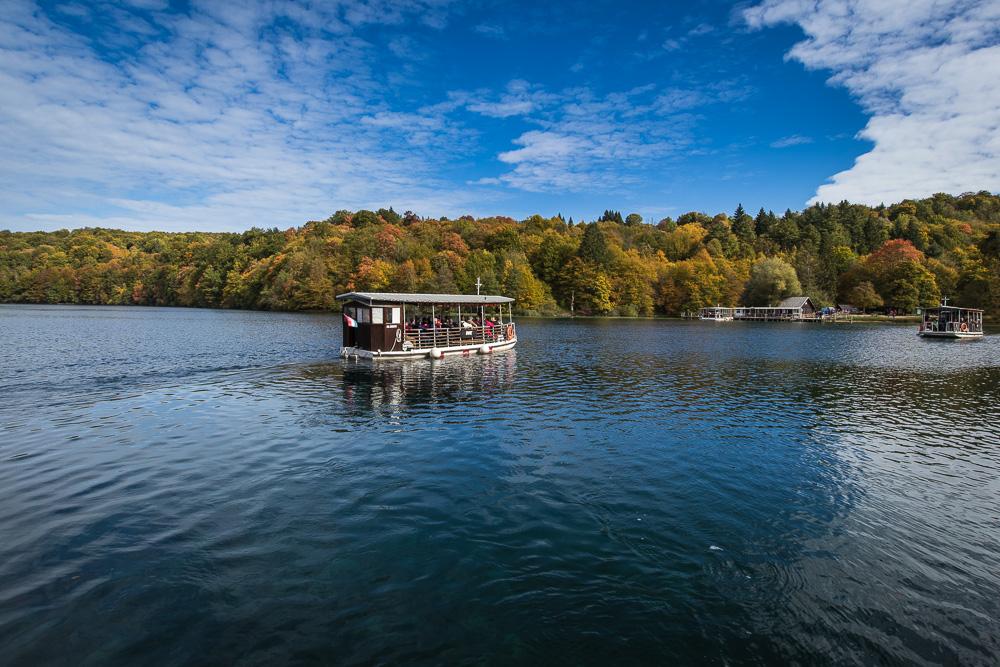 Eine der Fähren auf dem See Kozjak im Nationalpark Plitvicer Seen in Kroatien