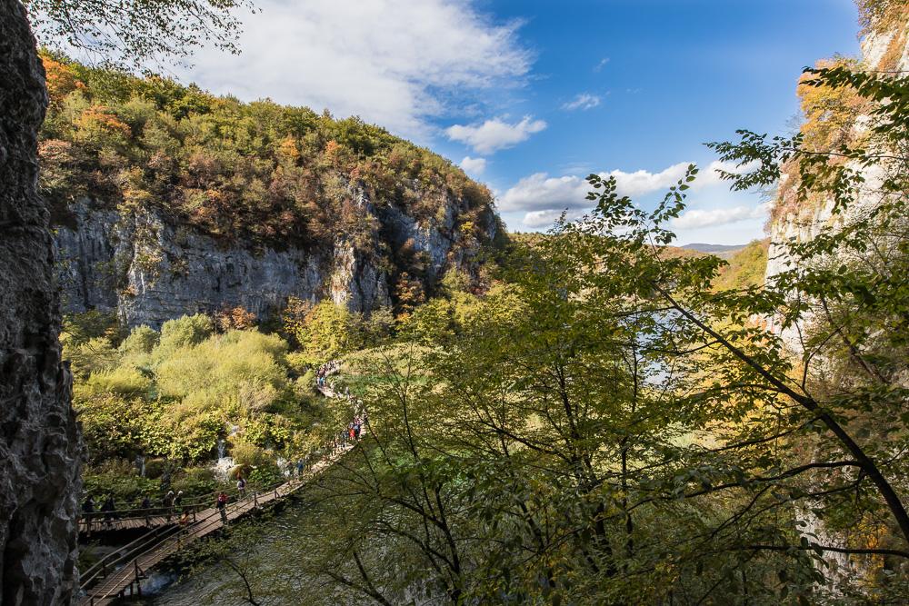 Unten sieht man die Abzweigung zur Höhle und die Schlange an Wanderern beim Wandern bei den Plitvicer Seen