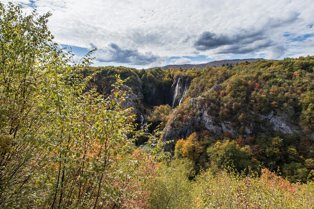 Blick auf die Wasserfälle von einem Aussichtspunkt des Panoramawegs aus im Nationalpark Plitvicer Seen