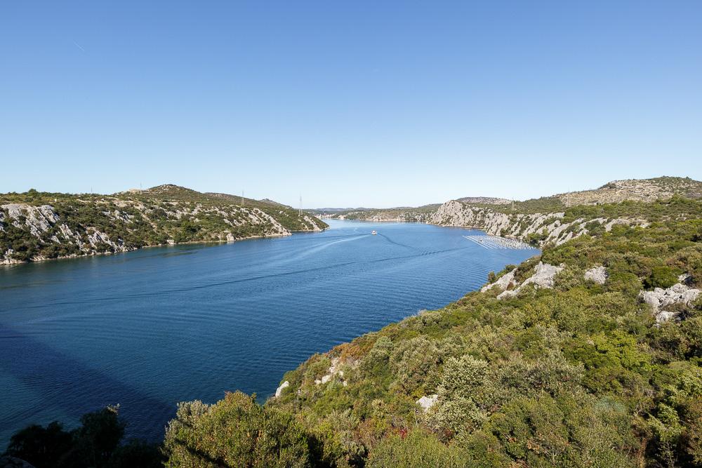 Der große Fluss Krka kurz vor dem Mittelmeer von der Panoramabrücke vor Sibenik aus gesehen