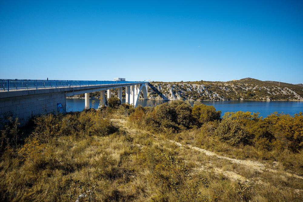 Blick auf die Kurabrücke Sibenik und den Fluss Krka. Für uns war es die große Panoramabrücke vor Sibenik.