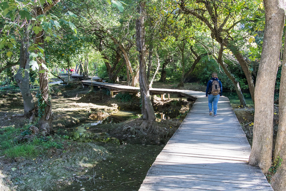 Pauline auf dem Bohlenweg durch diesen Teil des Nationalpark Krka am Skradinski Buk