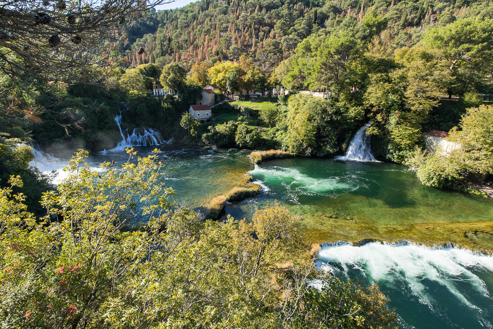Traumhafter Anblick der Szenerie mit den vielen Wasserfällen und dem türkisen Wasser im Nationalpark Krka