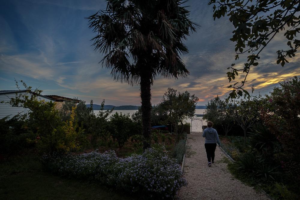 Der Garten der Villa La Mirage im Abendlicht
