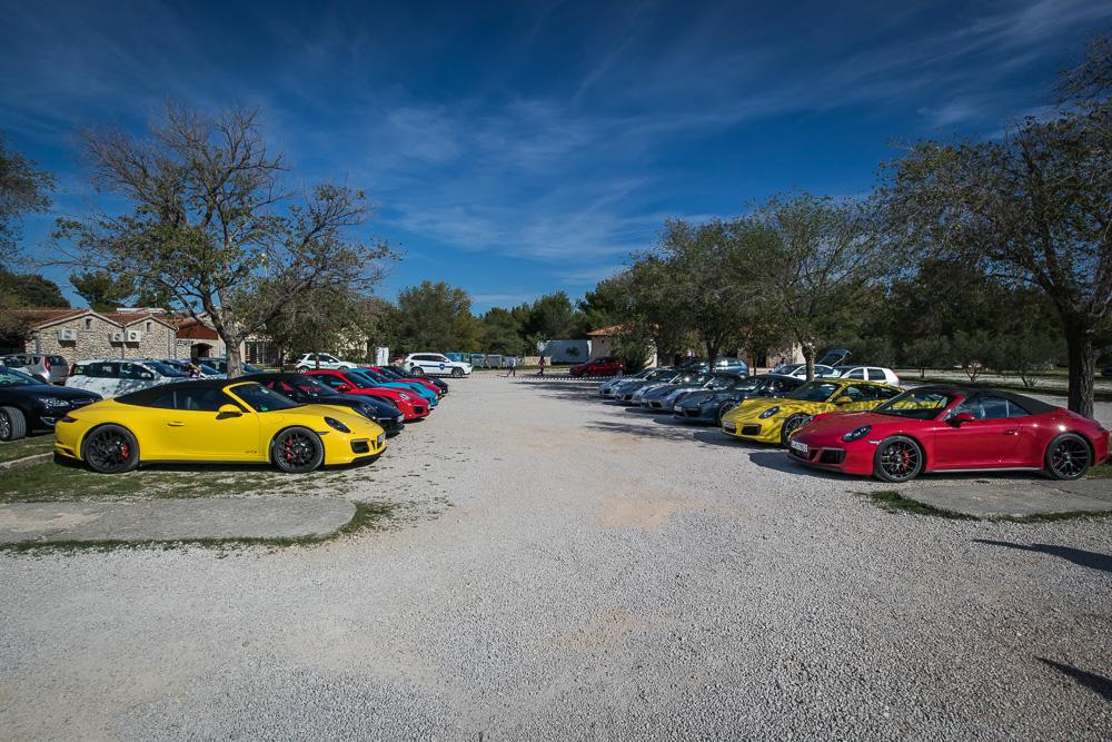 Porsche Sportwagen in vielen verschiedenen Farben auf dem Parkplatz am Skradinski Buk im Nationalpark Krka.