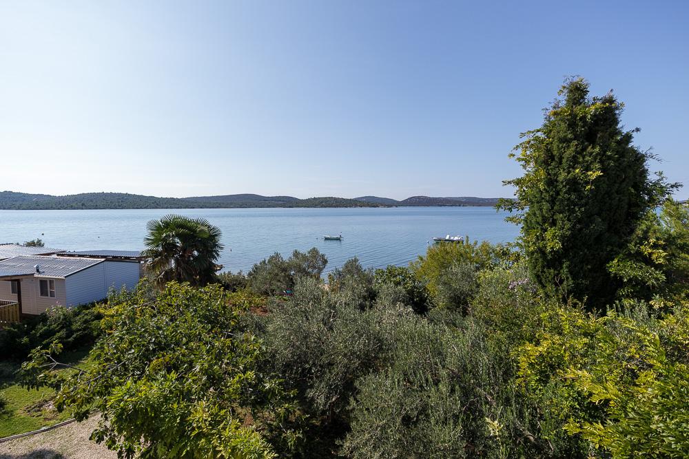 Wieder dieser schöne Blick über den Garten der Villa La Mirage auf das Mittelmeer