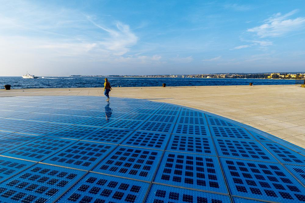 Pauline auf der Lichtspielinstallation an der Meeresorgel in Zadar