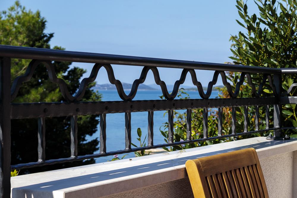 Geländer der Villa La Mirage mit Blick auf das Mittelmeer