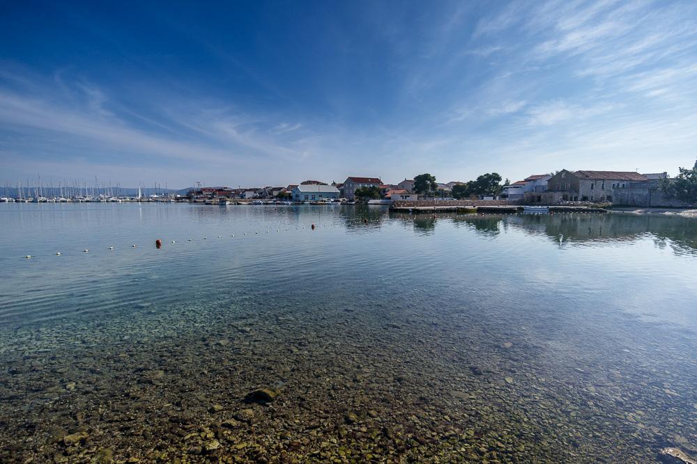 Blick von unserem Parkplatz auf den Hafen von Betina nahe unserem Urlaubsort Pirovac