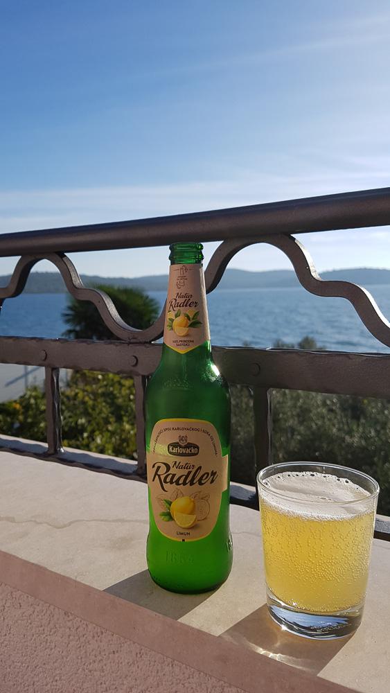 Kühles Karlovacko Radler auf dem Balkon der Villa La Mirage bei Pirovac