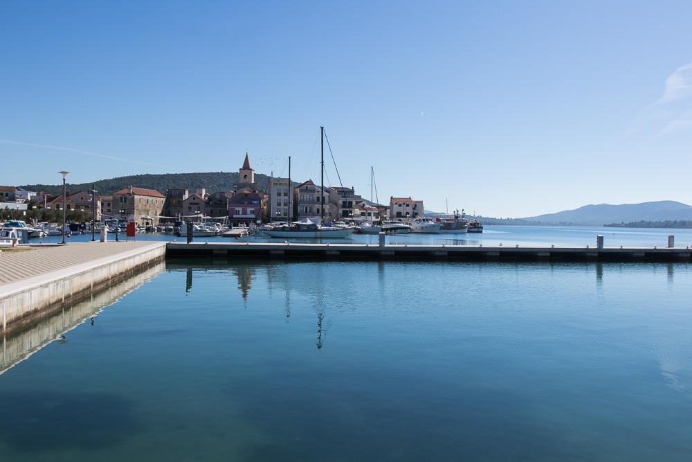Wir erreichten auf unserem Spaziergang nach Pirovac den Hafen des Ortes.