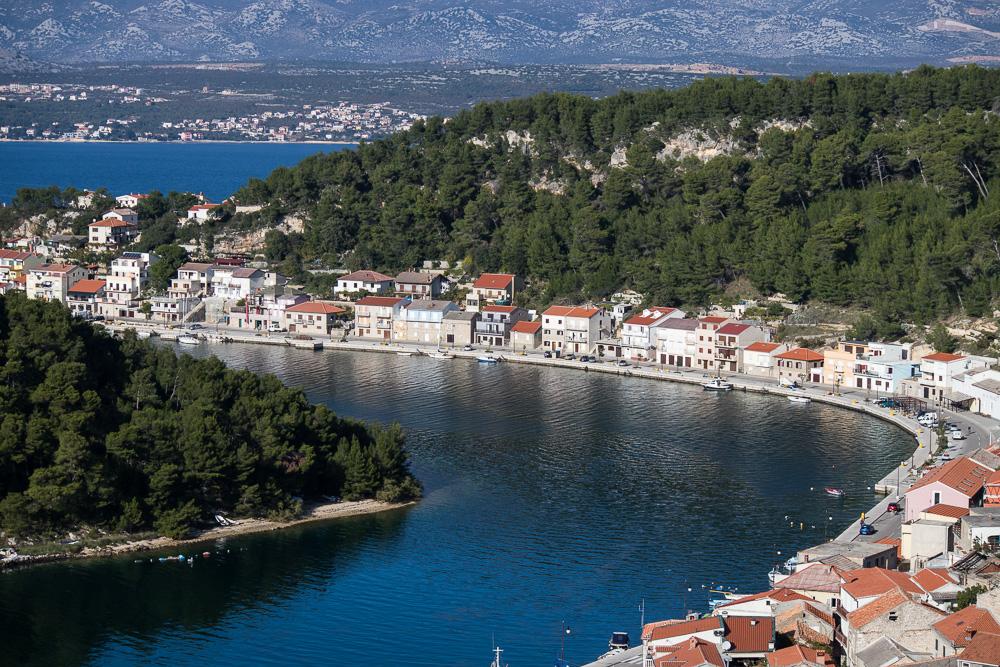 Novigrad hat nicht nur die Ruinen über der Stadt, sondern schlängelt sich auch direkt am Wasser entlang