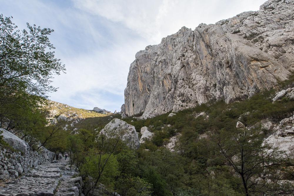 Unser steiniger Wanderweg entlang der Kletterfelsen im Nationalpark Paklenica
