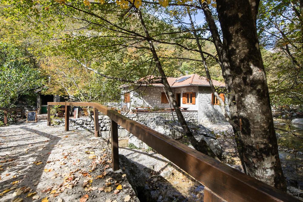 Die Forsthütte Lugarnica am Wegesrand im Nationalpark Paklenica